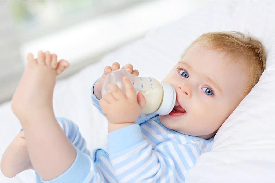 Cách tập cho trẻ bú bình